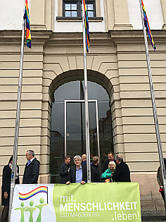 Rathaus Magdeburg mit CSD-Fahnen